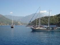 Água azul turquesa, montanhas lindas e nosso barco.