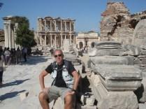 Ao fundo a biblioteca Celsus