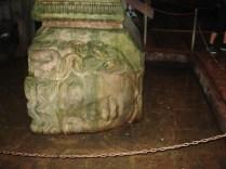 Interior da Cisterna da Basílica- cabeça da Medusa de lado