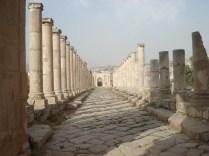 Rua de colunas ainda com o pavimento original, esgoto e água encanada