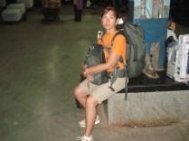 Eu na plataforma, com toda a bagagem esperando o trem para Goa