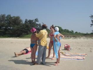 Indiano limpando as orelhas da turista