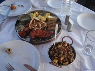 Restaurante dentro da cidade velha. Experimentamos comida nova.