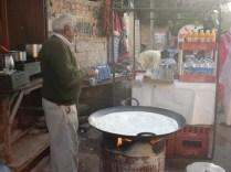 Homem fazendo thai (chá com leite e masala) no meio da rua