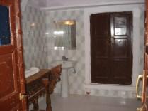 Banheiro enorme e antigão