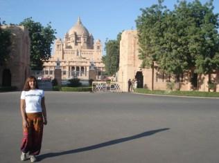 Eu, minhas calças turísticas em frente ao Palácio
