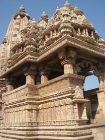 Com um portal esculpido ricamente e muitas esculturas exteriores