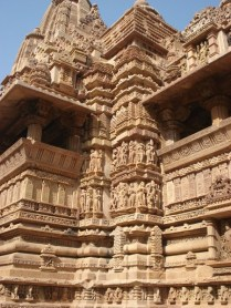 Os templos são divididos em três partes: a entrada, o hall e o sanctum