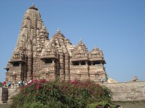 O templo tem 31m de altura e é dedicado a Shiva