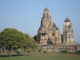 Vista imponente do templo que é dedicado a Brahma grande