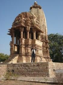 Carlos posando para mostrar o tamanho do templo. Parece pequeno.