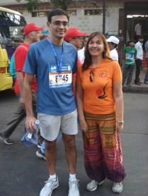 Eu com um corredor da Maratona de medalha