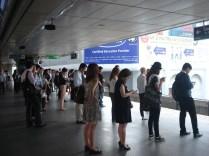 Fila para o trem no horário de rush. Eles esperam todos saírem para depois começar a entrar. É um exemplo