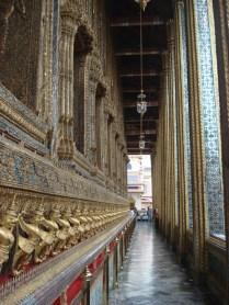 Esse é o templo mais reverenciado no reino da Tailândia e muito decorado e ornamentado e cujo teto avança para o céu