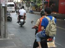 Moto táxi que te leva curtas distâncias por no mínimo 10 bahts. Sempre com esse colete alaranjado. O da frente também é.
