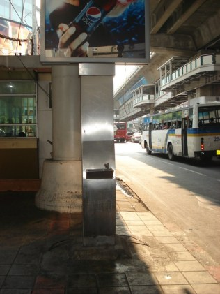 Drinking tower. Torre de água potável porque Bangkok é quente demais. Sempre tem uma por perto.