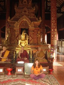 Dentro de outro templo no mesmo lugar. Essas pessoas são múmias