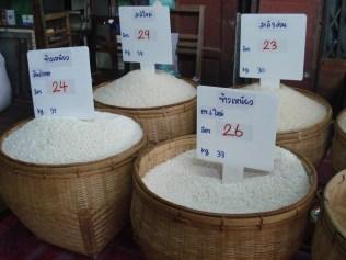 Mercado local. Vários tipos de arrroz