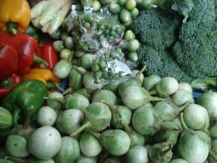 Verduras diferentes. Eles chamam jiló de berinjela pequena e esses verdinhos são berinjela menor ainda