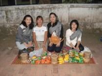 Achei as meninas tailandesa tão bem vestidas e simpáticas. E olha quanta guloseima para entregar para os monges