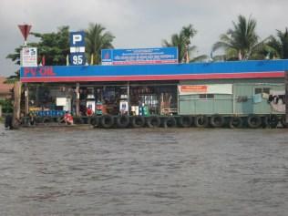 Tudo na água, inclusive o posto de combustível