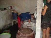 Mexendo a massa de arroz com tapioca