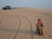 O jipe atrás é da equipe de fotógrafos. Os outros não podem entrar para não estragar as dunas.