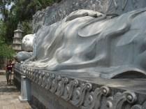 Na metade dos 120 degraus que levam até o Buda, existe outro reclinado esculpido por um tailandês