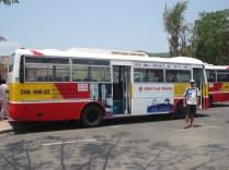 Fizemos todo nosso tour nesse ônibus de linha normal. Que vergonha, um país pequeno desse, 50º em riqueza tem todos os ônibus com ar condicionado.