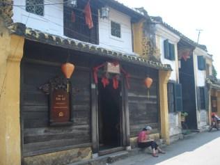 Casa do Tan Ky. Típica casa sino-vietnamita do século 18. Bem conservada, teto com telhado chinês, estrutura japonesa e chão com tijolos vietnamitas. Atravessa o quarteirão.