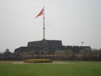 Cot Co ou Torre da Bandeira com 37 m em cima de um pedestal de 18 m e domina a vista de Hue