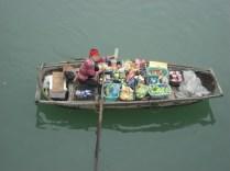 E lá também tem vendedores de barco que abordam os turistas