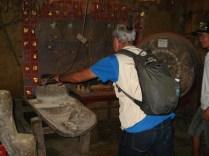 Carlos tentando fazer a máquina de moer grãos rodar. Foi difícil.
