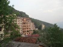 Hotéis na cidade no meio das montanhas