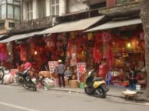 Hang Ma Street – produtos de papel, lanternas coloridas e artefatos dourados para serem enterrados junto com os falecidos que supõe-se levam essas oferendas para os antepassados já falecidos. Feitos de papel são casas, carros, barras douradas.