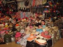 Vendem de tudo um pouco: roupas, alimentos, souvenirs. Gostei dessa loja