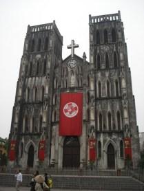Catedral de São José em estilo gótico de 1886. Domingo a missa fica cheia e os fiéis sentem-se do lado de fora nos infames banquinhos.