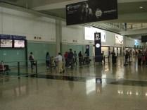 No aeroporto tem vários pontos de encontro logo na Chegadas (nomeado com letras) de forma que o pessoal não se amontoe no mesmo lugar