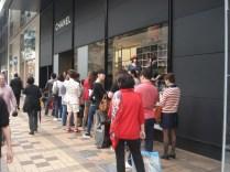 Olha a fila para comprar sabe Deus o que na Chanel