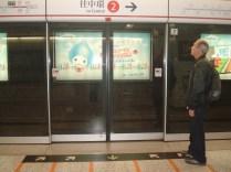 E todos os metros são assim: com porta, sinalizado, mapa e em quantos minutos o próximo trem chega.