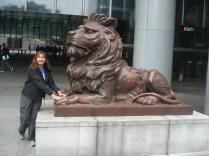Acredita-se que passar a mão nas patas do leão que fica em frente ao prédio dá sorte.