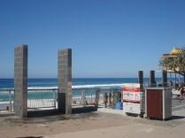 Chuveiros e lava pés. Você pode acessar da praia também.