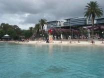 """Além dos restaurantes, universidades também tem uma lagoa artificial com um """"praia de verdade"""" até com salva vidas"""