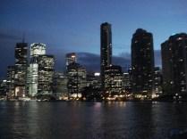 Vista da cidade ao anoitecer a partir do rio