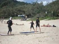 Um dia perfeito na praia: aulas de surf.