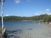 De cima o lago faz formato de coração. Nas fotos oficiais ele aparece azul, para nós pareceu um lago normal