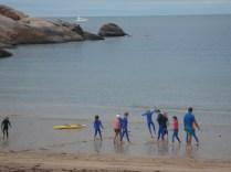 E para entrar no mar que não é cercado tem que se prevenir. Olha as pobres crianças vestidas por completo em Alma Bay.