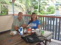 No balcão, tomando o chic café da manhã. Ficando mais tempo a gente pode juntar mais coisas.