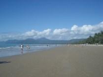 Praia bonita e mar tranquilo por causa da barreira