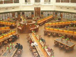 A sala de leitura octagonal é um encanto. Ficamos boquiabertos com tanta beleza e tradição